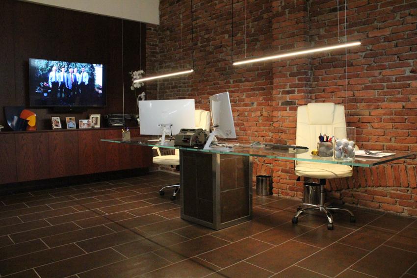 Office design nuovi uffici direzionali in azienda storica for Scrivania sospesa